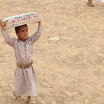 احد الاطفال النازحين المستفيدين من مشروع توزيع السلة الغذائية